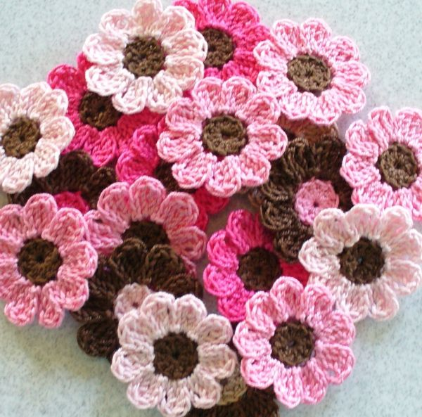 viele schöne gehäkelte blumen in pink und braun | Kreatives ...