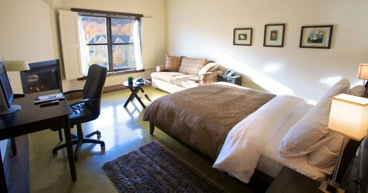 Côté chambre dune suite condo. un lit queen un divan lit double