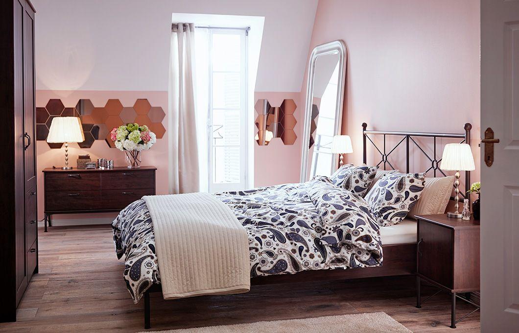 Good Schlafzimmer Ikea 2015 #6: Ein Schlafzimmer, U. A. Eingerichtet Mit MUSKEN Bettgestell In Braun.