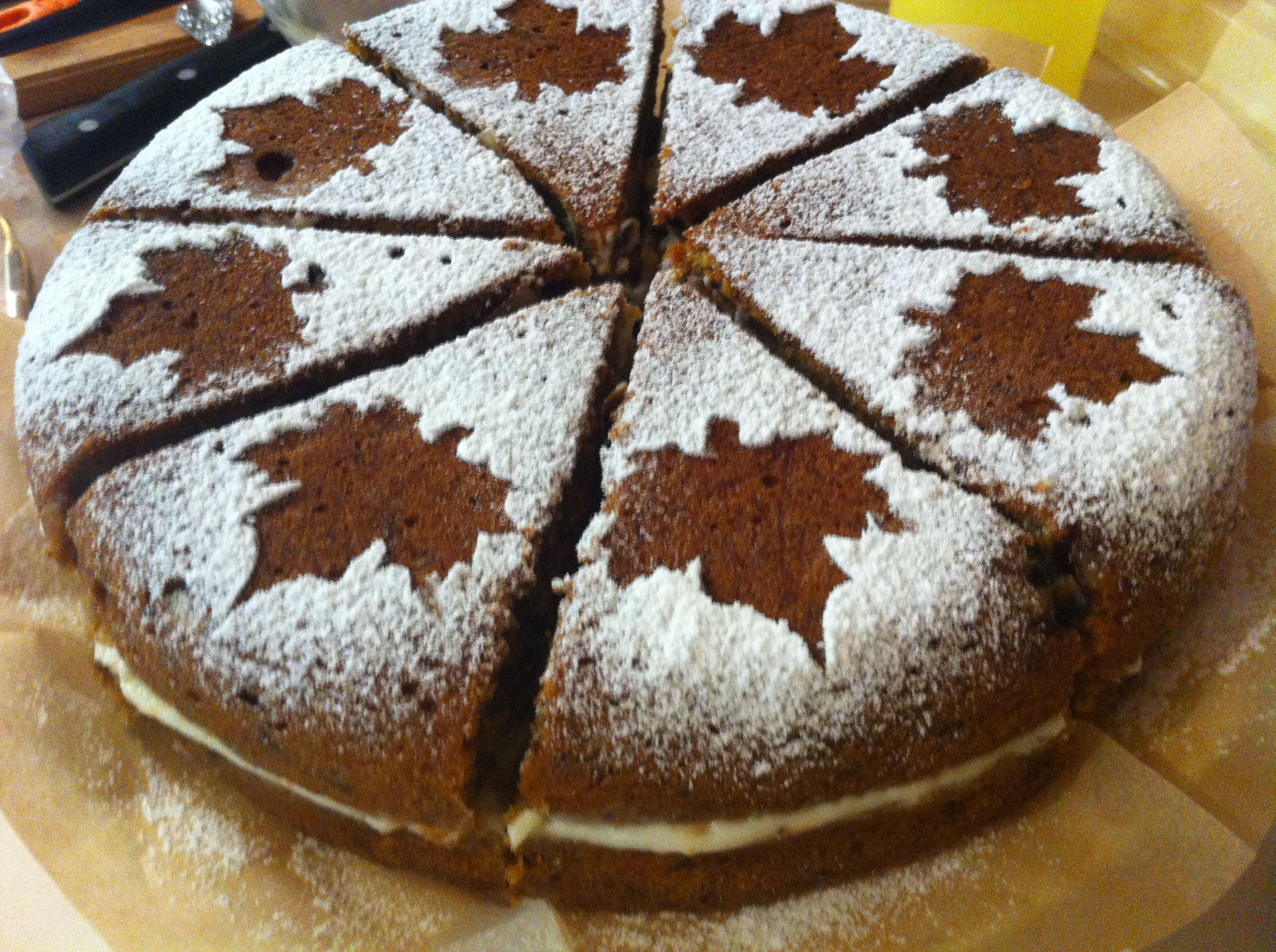 Украшение пирога с помощью трафарета   Creative design and ...