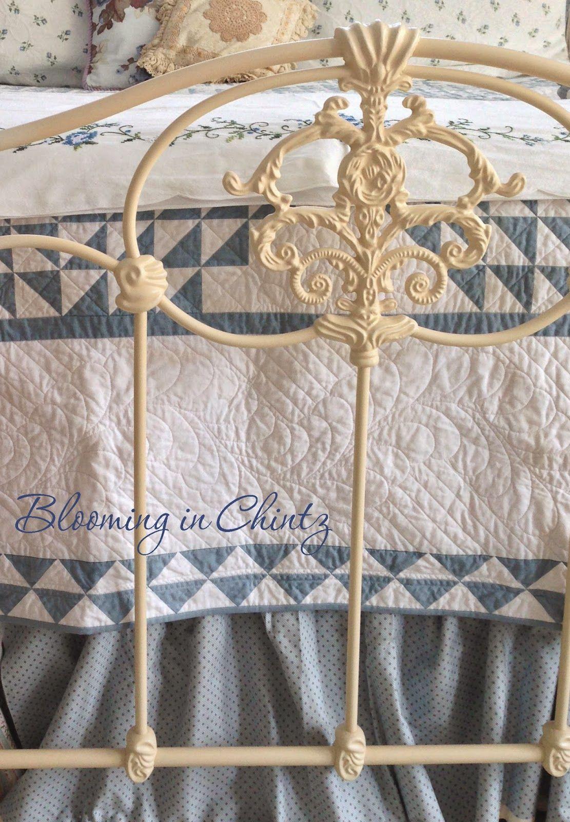 Blau Creme, Blau Und Weiß, Weiße Hütte, Antike Betten, Meereswellen, Weiße  Steppdecken, Schöne Schlafzimmer, Dekorative Gegenstände, Schlafzimmer