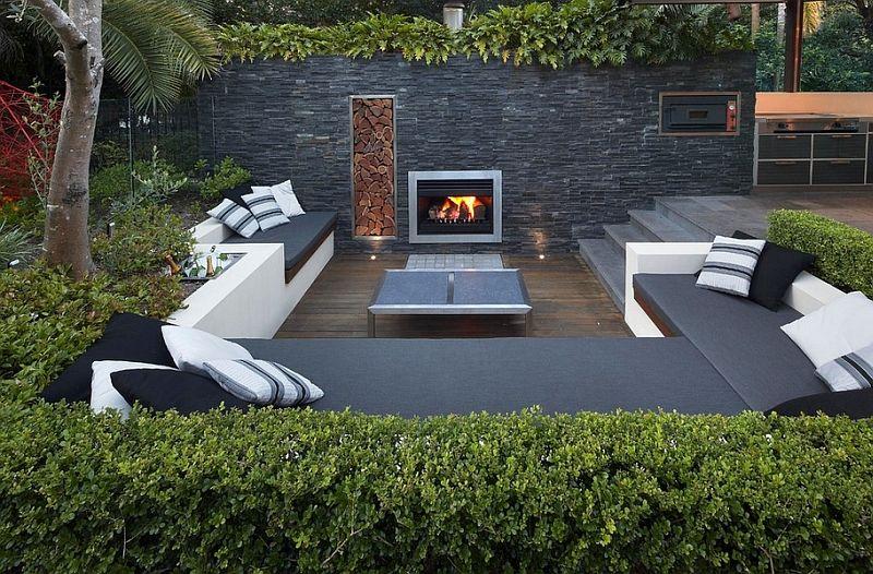 Die moderne Lounge wird mit Gabionen und Pflanzen dekoriert