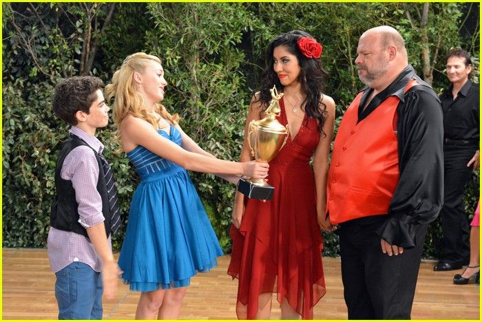 Is cameron and peyton hookup from jessie