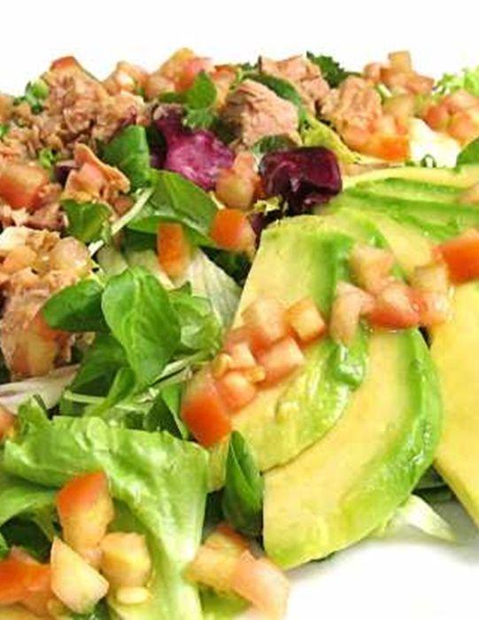 ¡Disfruta de una rica y sana ensalada de atún con aguacate! #Light