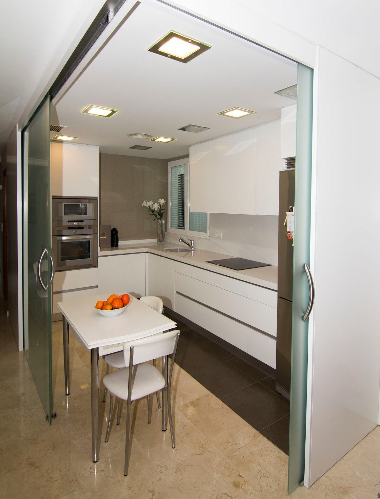 Nivel diez cocina abierta al sal n deco tabiques - Cocina salon separados cristal ...