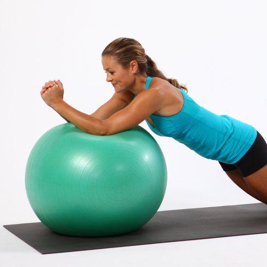 Bauchmuskelübung mit einem Gymnastikball