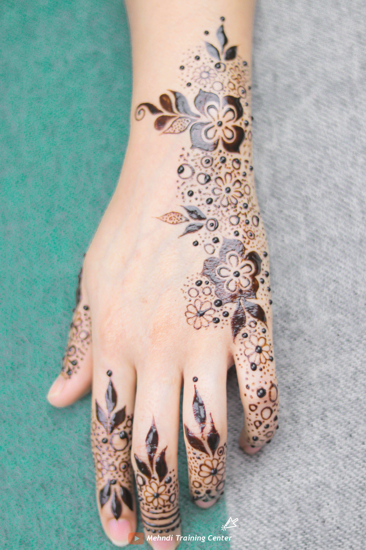 طريقة تطبيق الحناء في المنزل بسيطة تصميم حناء جميل جدا للفتيات العربيات الجميلات اجمل حناء Henna Tattoo Designs Mehndi Designs Henna