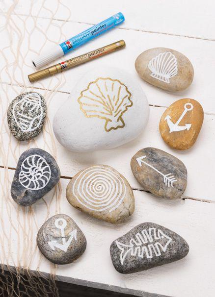 Es ist ganz einfach und trotzdem ungeheuer wirkungsvoll: Man nehme einen Lack- oder Effektstift (bei LIBRO erhältlich) und mache sich damit über Steine her. Am besten über Steine, die man im Urlaub gefunden hat und die als Erinnerung mit einem die Heimreise antreten durften. Denn die schön geformten, glatten Steine in ausdrucksvollen Naturfarben sind bei ihrem bloßen Anblick ein fröhlicher Reminder an den letzten Urlaub!