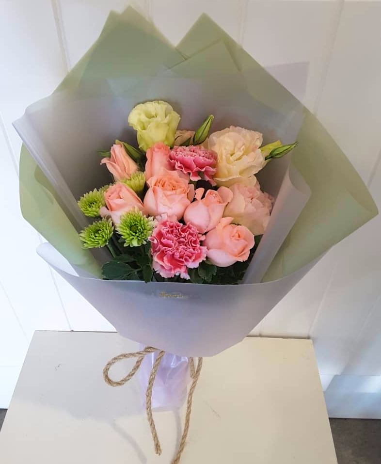 Roses Mix With Other Lovely Flowers Our Contact Whatsapp Wechat 016 721 6822 Call 07 3533188 Or Visi Online Florist Flower Shop Online Flower Shop