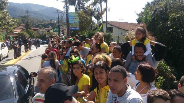 Torcida comparece em bom número e pede que Felipão libere o acesso ao treino na Granja Comary. #globonacopa http://t.co/NC07Lw8wuD
