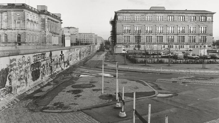 Blick Uber Die Berliner Mauer In Der Stresemannstrasse Im Jahr 1985 Der Martin Gropius Bau Auf Der Westseite Das Heuti Berliner Mauer Bilder Berlin Geschichte