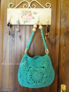 Crochet purse: free pattern. The initial flower square in the centre is free also and very lovely. Thanks for share xox