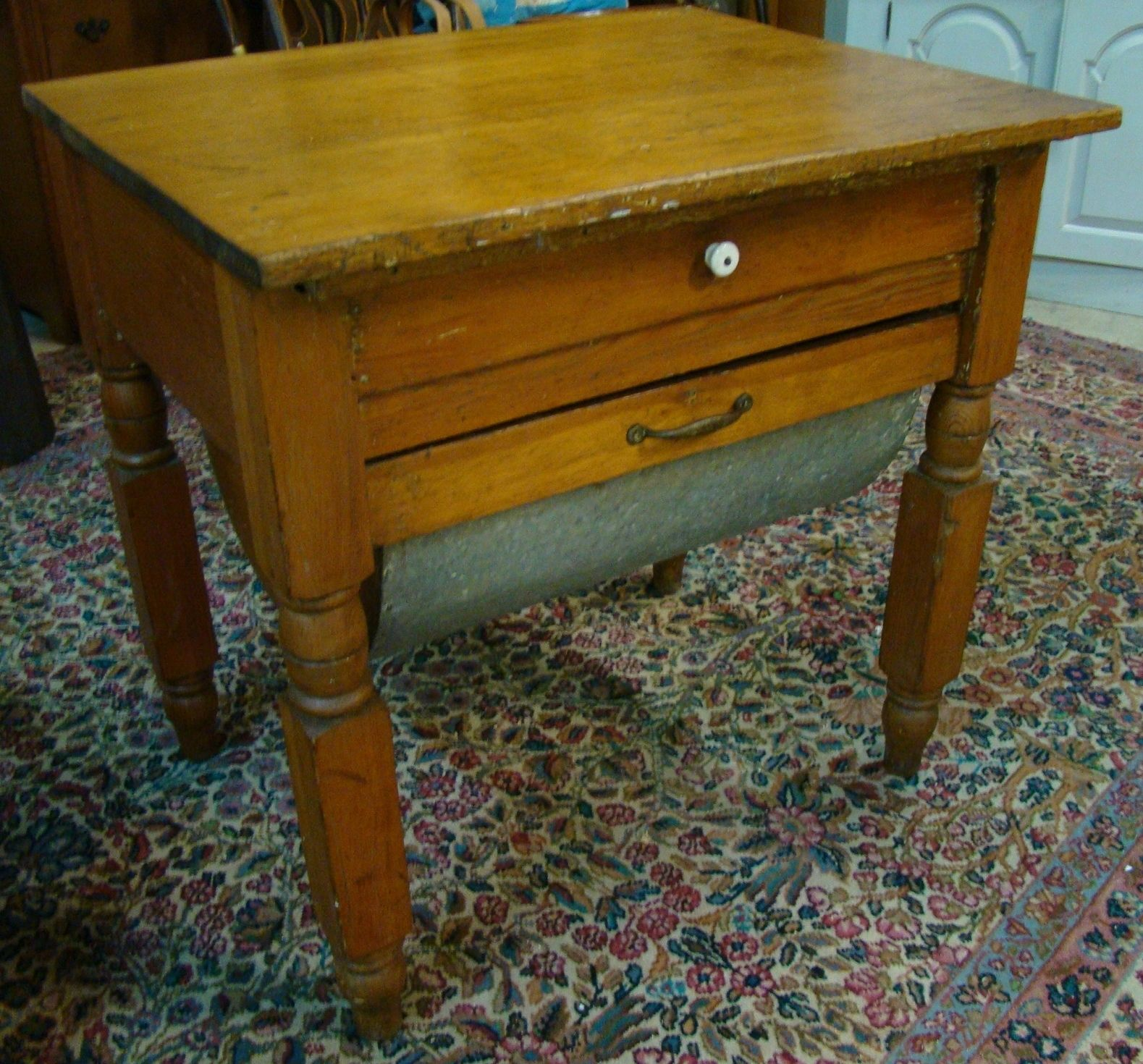 Etonnant 1890s Possum Belly Table   Small Unusual Size