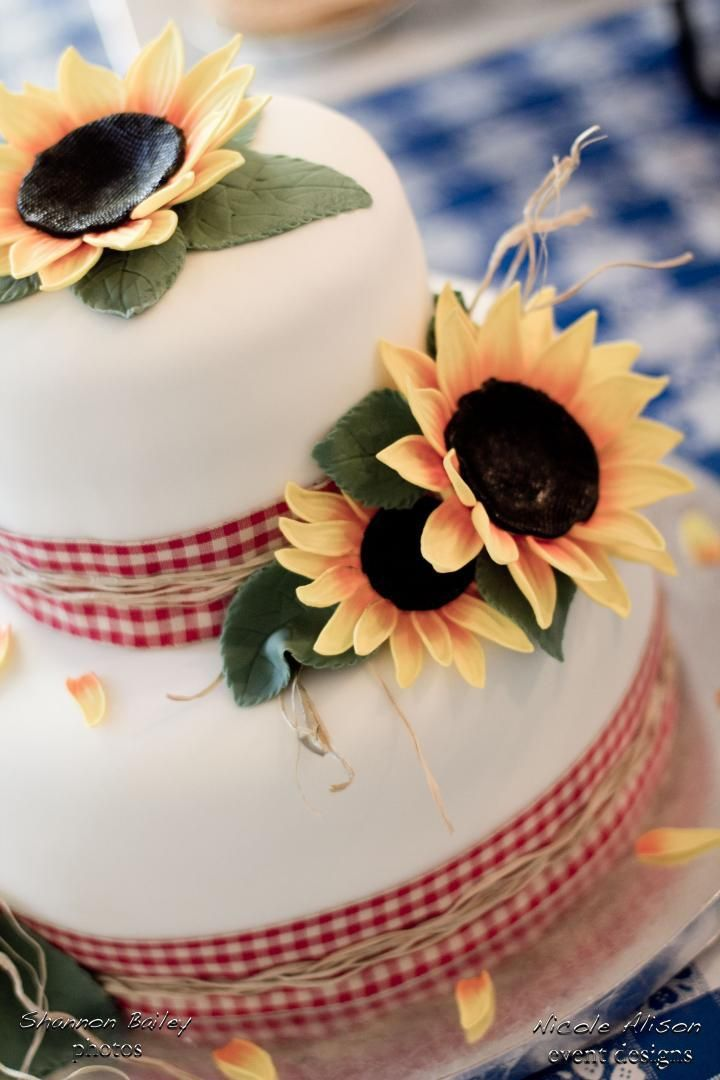 sunflower cakeDont forget some sunflower personalized napkins