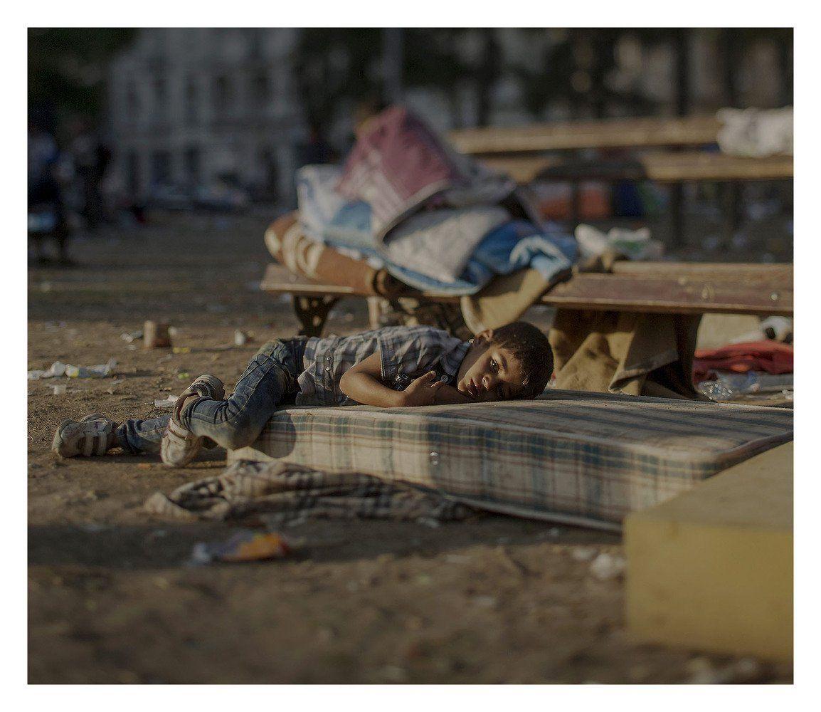 Imagem de Magnus Wennman/Rex  Abdullah, 5, dormindo na parte de fora de uma estação de trem em Belgrado, Sérvia