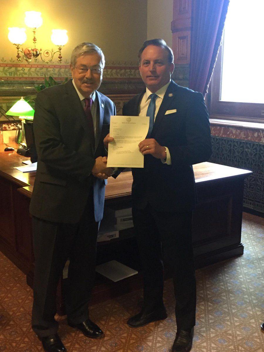 Gov Branstad handing resignation letter to Sec