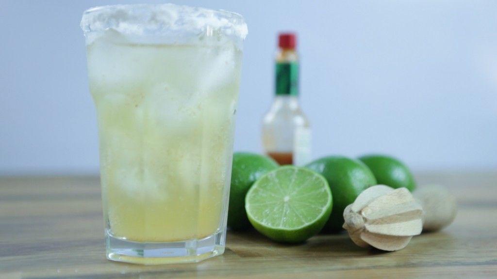 Cerveja, pimenta, limão, sal e gelo são os ingredientes desta bebida refrescante de origem Mexicana chamada Michelada! Experimente fazer este drink e se surpreenda com o sabor!