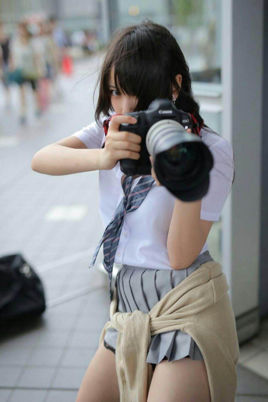 美少女拿著大砲單眼相機對你狂拍!📸你到底對他做了什麼!?😂