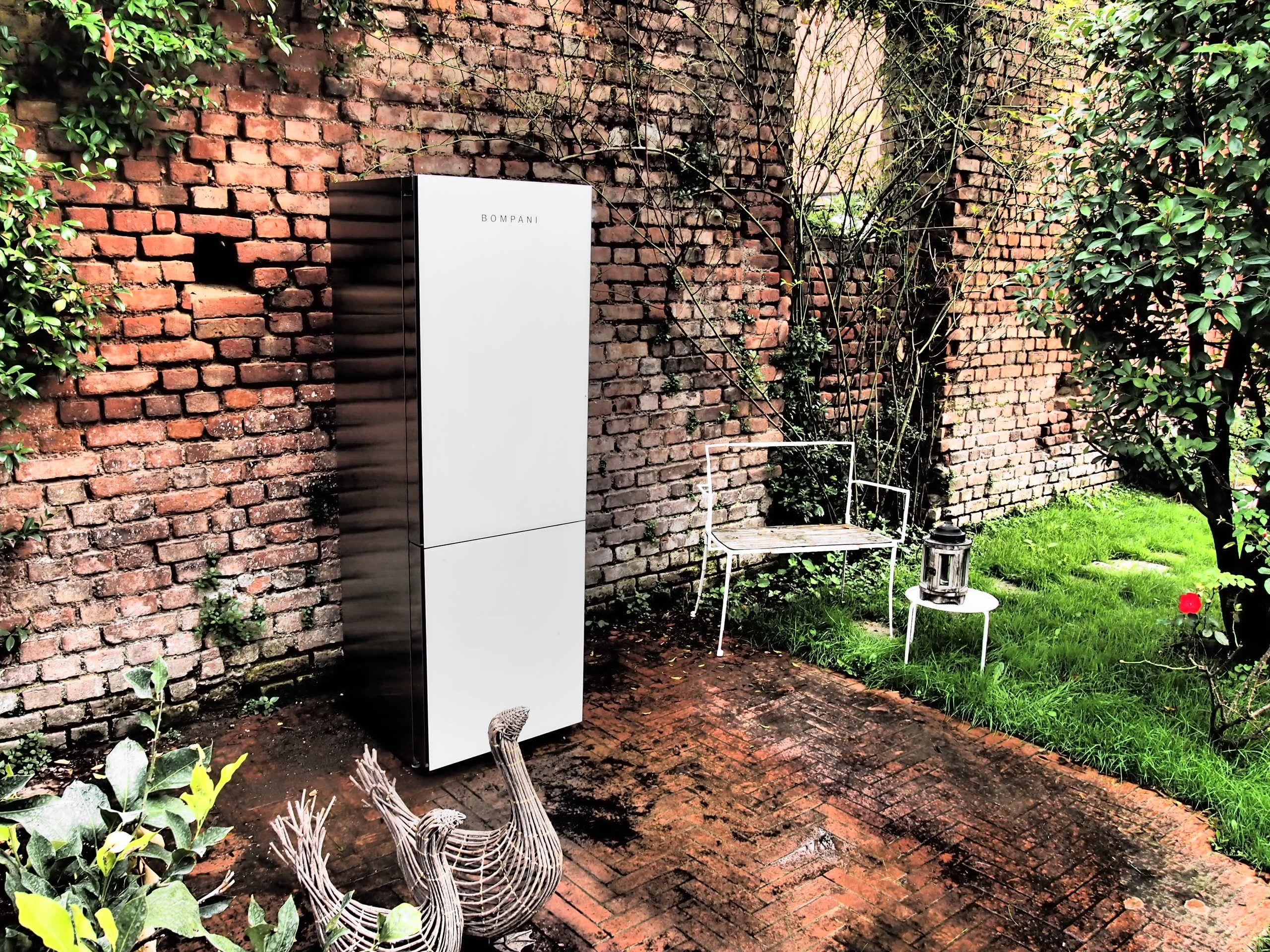 Frigo Krystal bianco e un cortile interno milanese in mattoni
