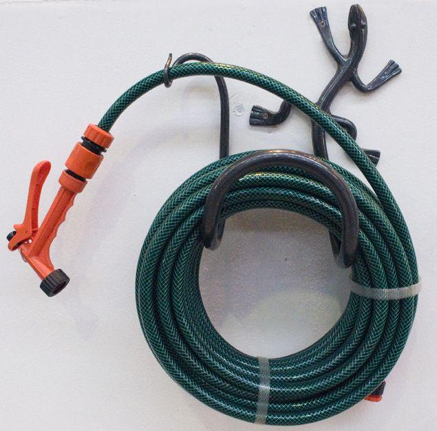 Lizard hose holder