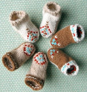 cute baby booties pattern by KnitNScribble