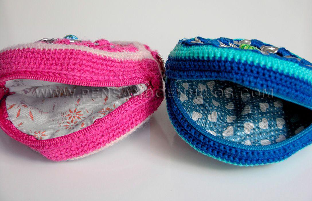 Monederos circulares realizados a ganchillo, de lana (izq) o de