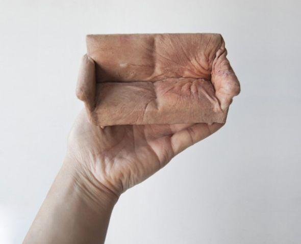 Jessica Harrison, artista inglesa produz miniaturas de móveis com 'pele humana' | Virgula
