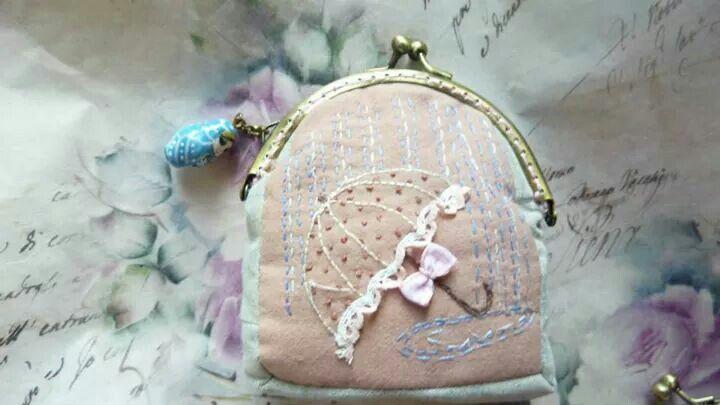 Monedero de tela con boquilla bordado paraguas