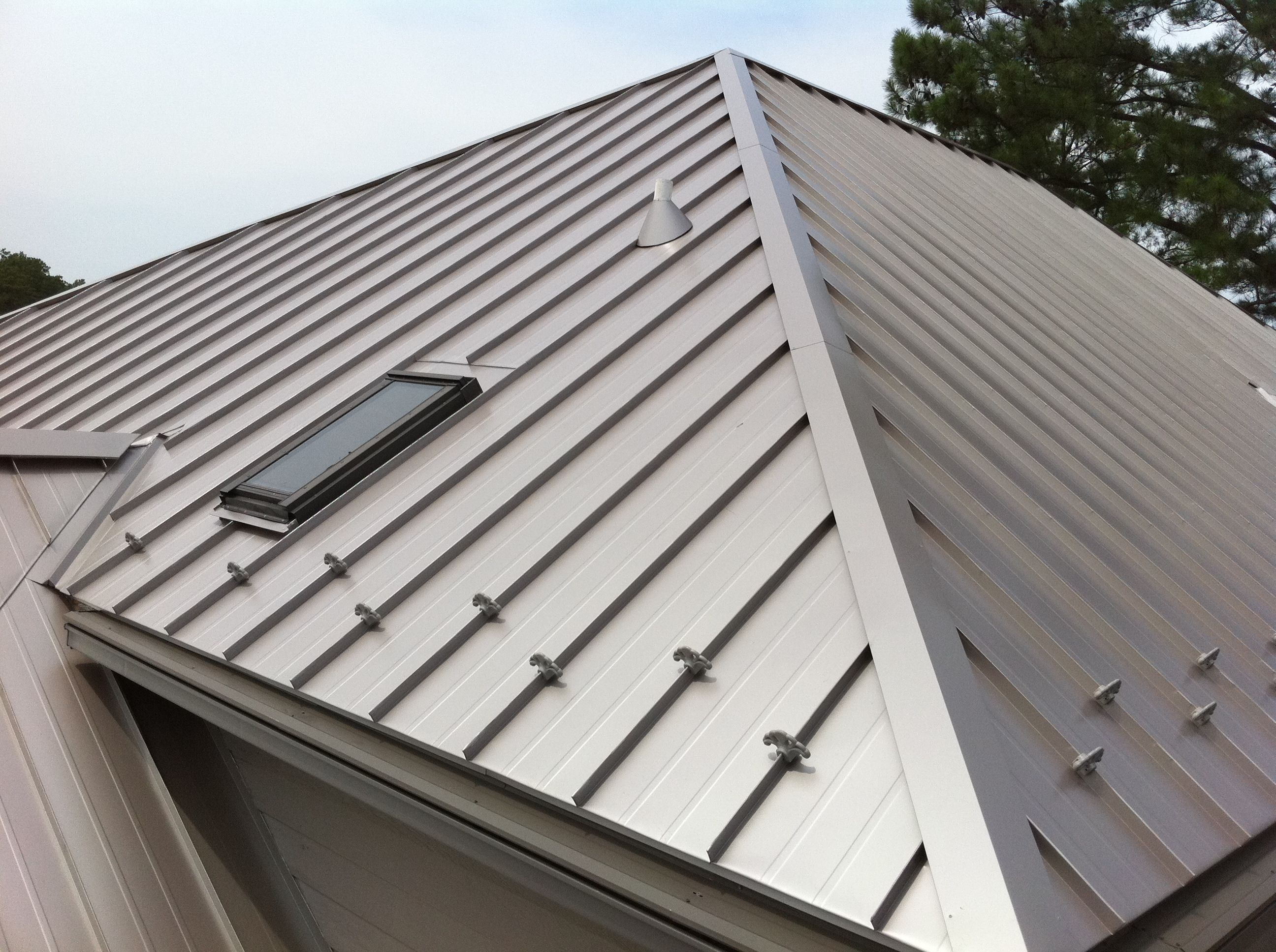 There Are Many Metal Roofs To Choose For Your Home But As A Homeowner If You Are Looking For Long Term Benefit Metal Roof Roof Design Standing Seam Metal Roof