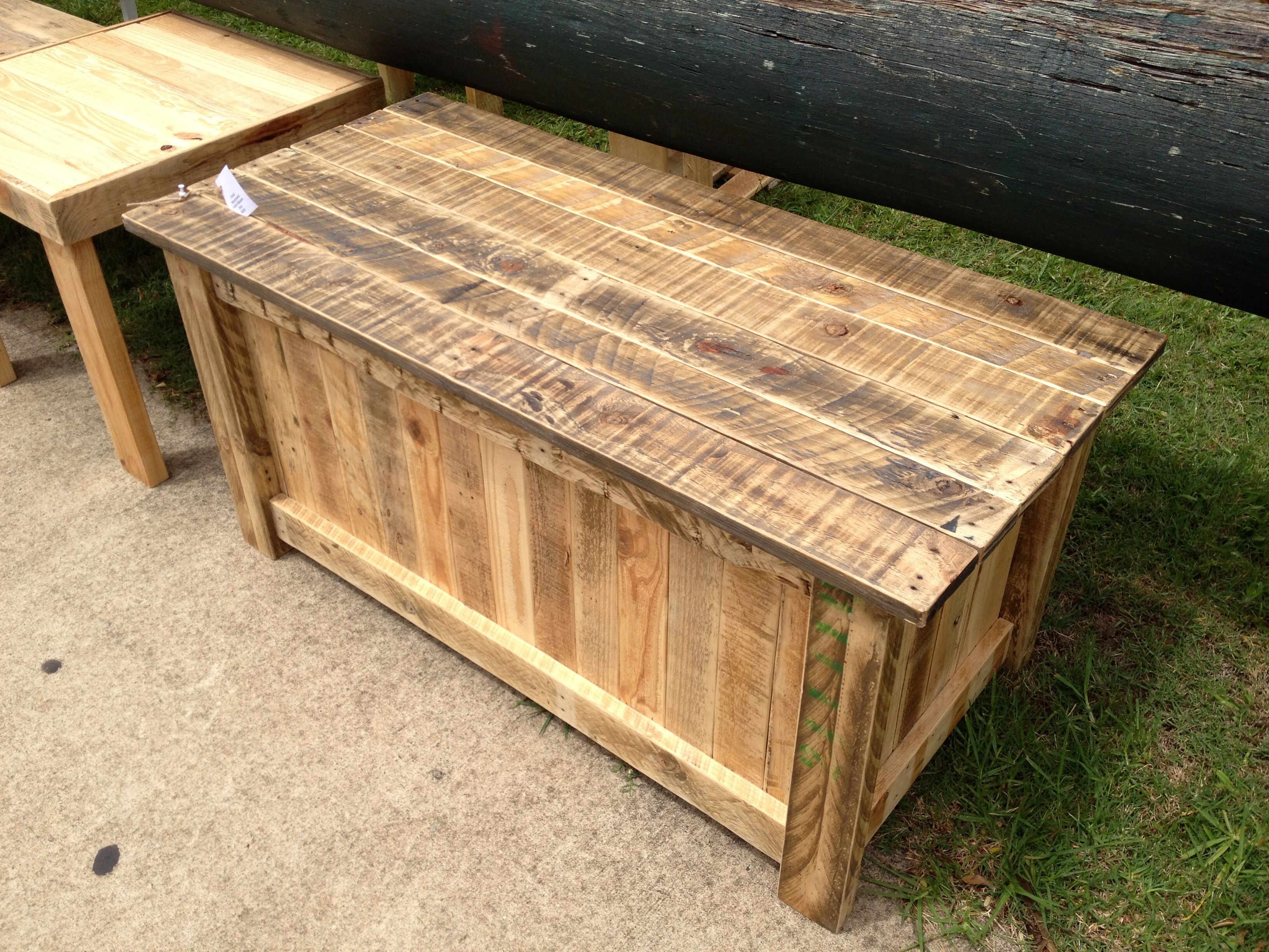 Wooden transport pallets have become increasingly popular for diy - Diy Pallet Furniture This Blanket Box Was Made From Recycled Pallets It Has A Very Cool Country Cottage Feel Would Be A Great Conversation Piece In Any