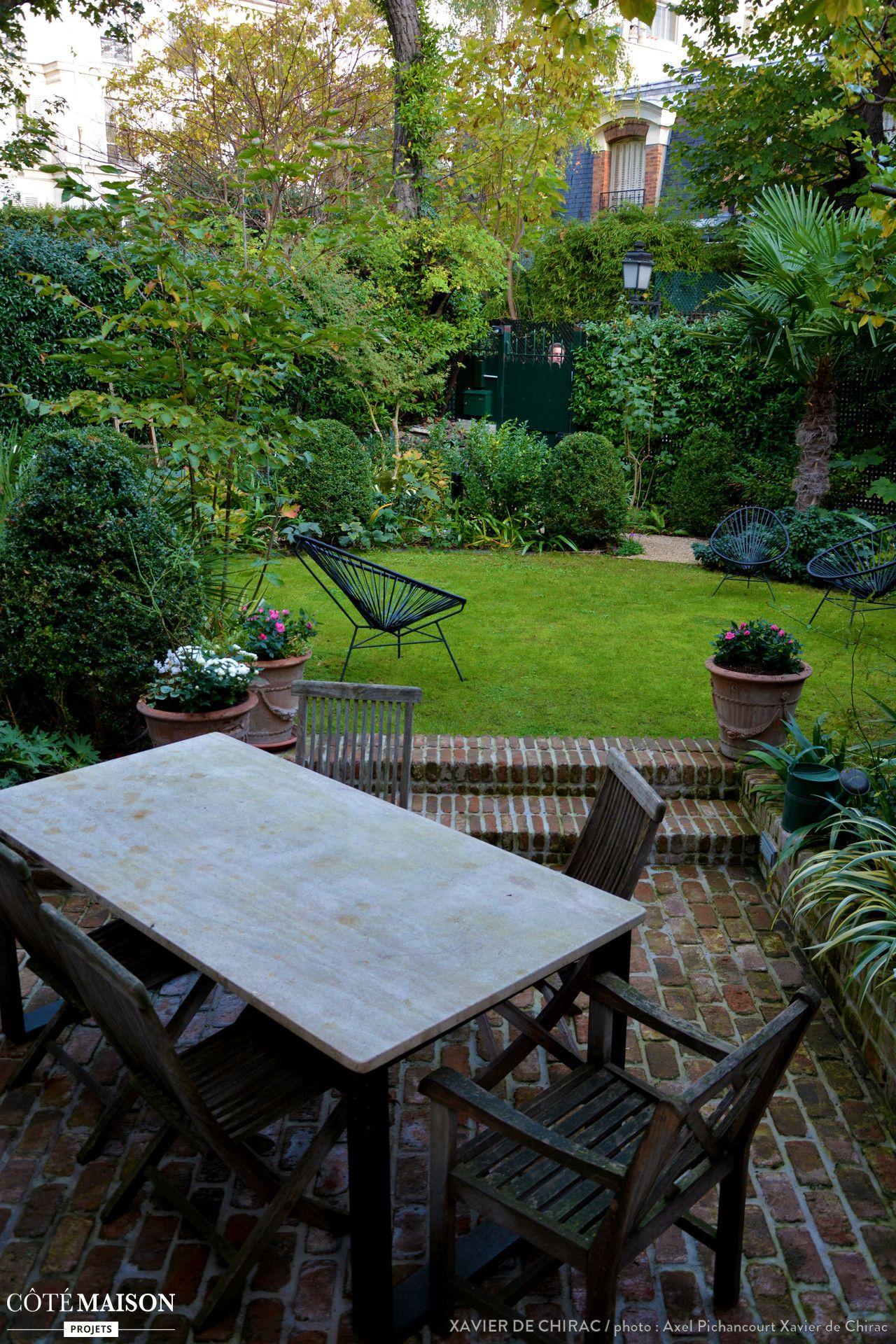 Un très petit jardin planté d\'un abricotier, de roses, d\'iris, de ...