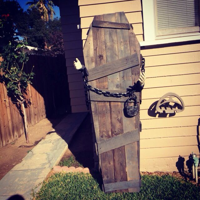 Coffin Made From Pallet Wood. Awesome Halloween Decoration