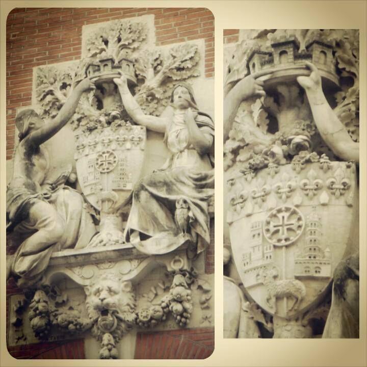 """Armoiries de Toulouse sur la façade du Musée des Augustins, rue Alsace-Lorraine : sculpture d'Abel Fabre """"le génie des arts et Athéna couronnant les armoiries de Toulouse"""" (1893)."""