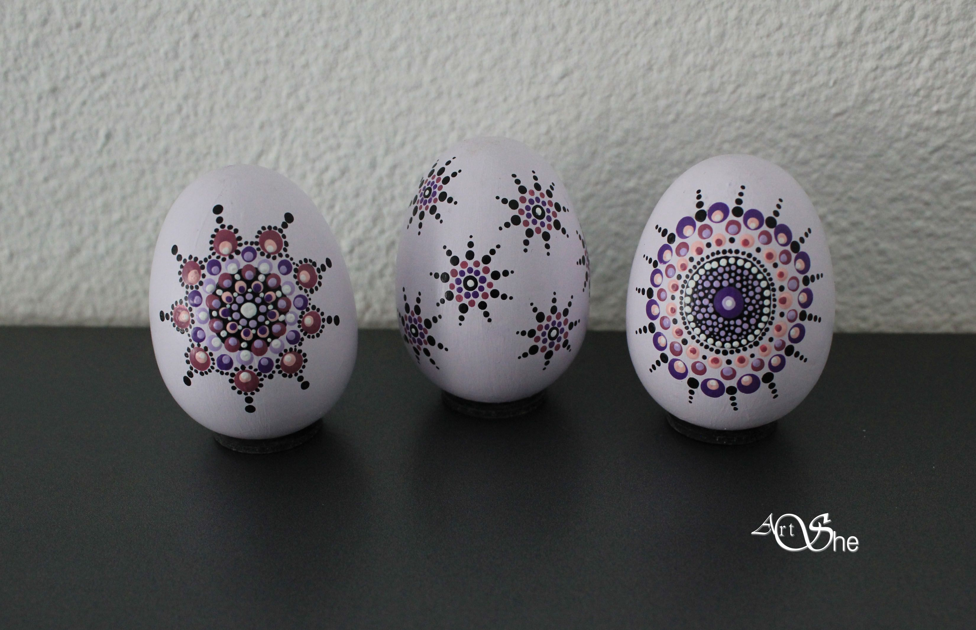 Hand painted wooden eggs 4,5 x 5,5 cm. Dotpainted with acryl paint and matt varnish. For sale in my webshop.
