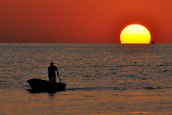 Batı Karadeniz bölgesinin incisi olarak adlandırılan Düzce'nin Akçakoca ilçesinde gün batımı eşsiz bir manzara sundu