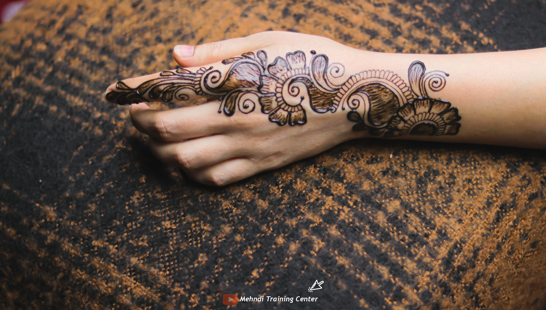 تصميم الحناء هذا جميل جدا وسهل التطبيق يمكنك تطبيق تصميم الحناء على يدك يوم العيد Simple Mehndi Designs Mehndi Designs Henna