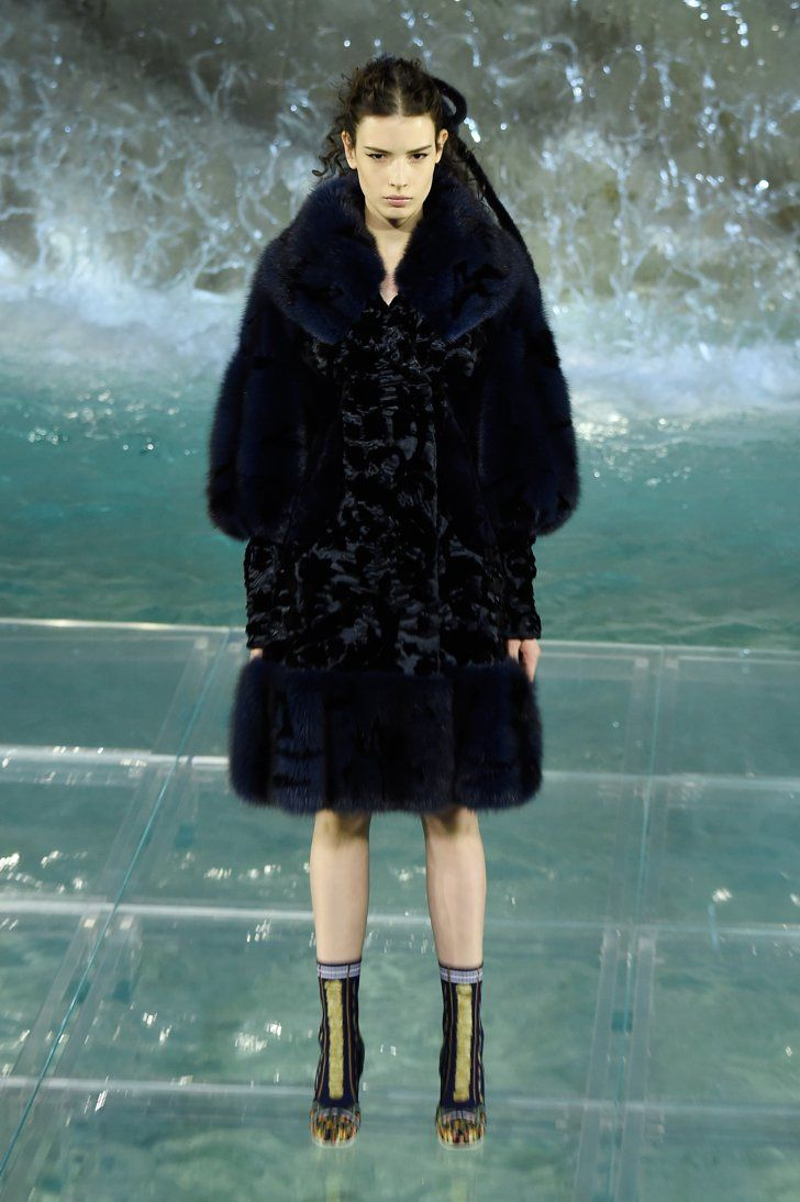 Pin for Later: Karl Lagerfeld und Fendi stellten die wohl spektakulärste Modenschau der Saison auf die Beine Fendi Haute Couture Herbst/Winter 2016 in Rom