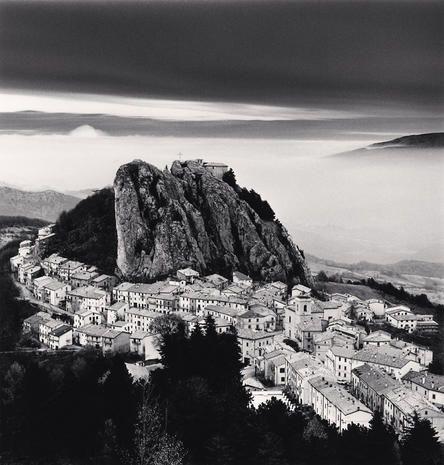 Le fotografie di Michael Kenna in mostra a Loreto Aprutino: a Palazzo Casamarte fino all'8 settembre in mostra gli scatti del celebre fotografo notturno.