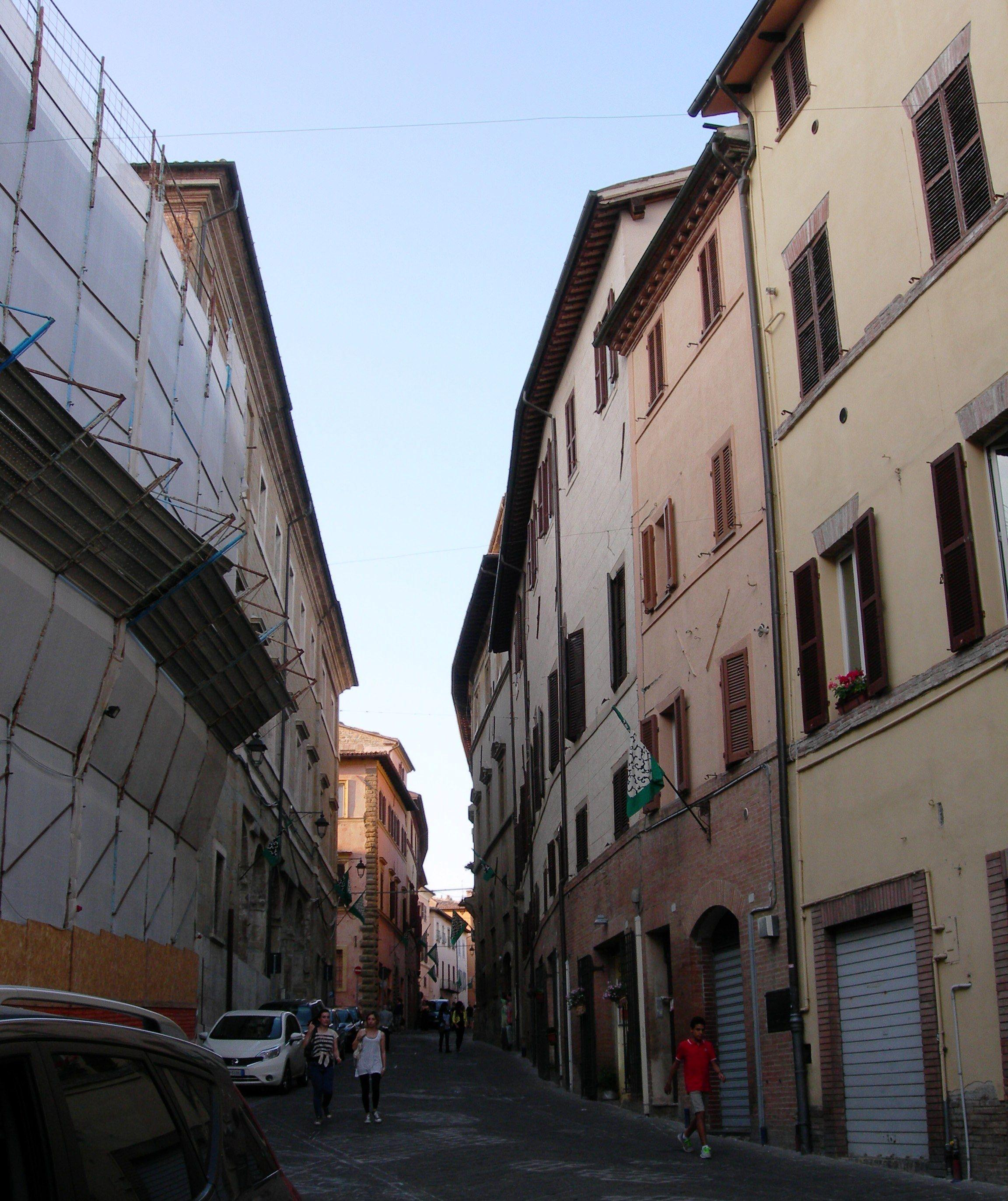 Camerino, Via Lili, 2014 (la sede del vecchio ospedale è attualmente in fase di ristrutturazione e quindi il ponteggio copre l'intera facciata che si può vedere invece nelle cartoline di inizio '900).