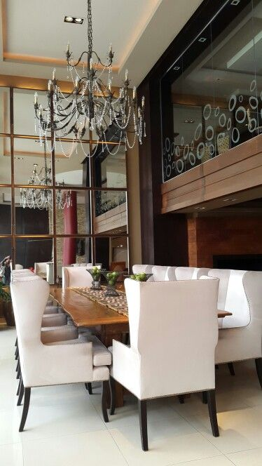 Elegante comedor. mesa rústica, sillas tapizadas. (hotel patagonia ...