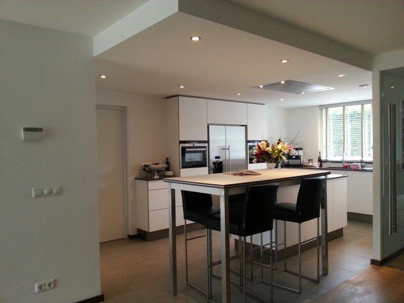 Keuken apparatuur ge ntegreerd verlichting en afzuigkap verwerkt in verlaagd plafond moderne - Design keuken plafond ...