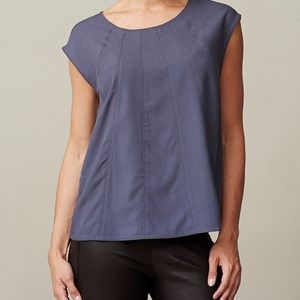 ANTONIE top, sleeveless with seams, dark blue. The top you love because of its softness and because of the lovely fit. This shirt can be worn at work, but also at a party. This shirt will highlight your feminine figure.