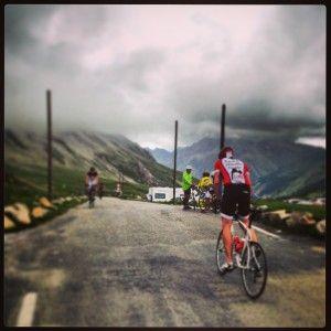 ciclista sul Coll de la Cayoll