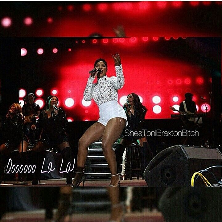 Hot mama! Toni Braxton never ages! She hit the stage last night at Sun Life Stadium in Miami, FL  for the 10th annual Jazz in the Gardens music festival. Other performers included R. Kelly, Sheila E., Freddie Jackson and more  #OooLaLaBlog #ToniBraxton #lookingasgoodasshewantstolook #Miami #Florida #SunLifeStadium #JazzintheGardens #musicfestival #concerts