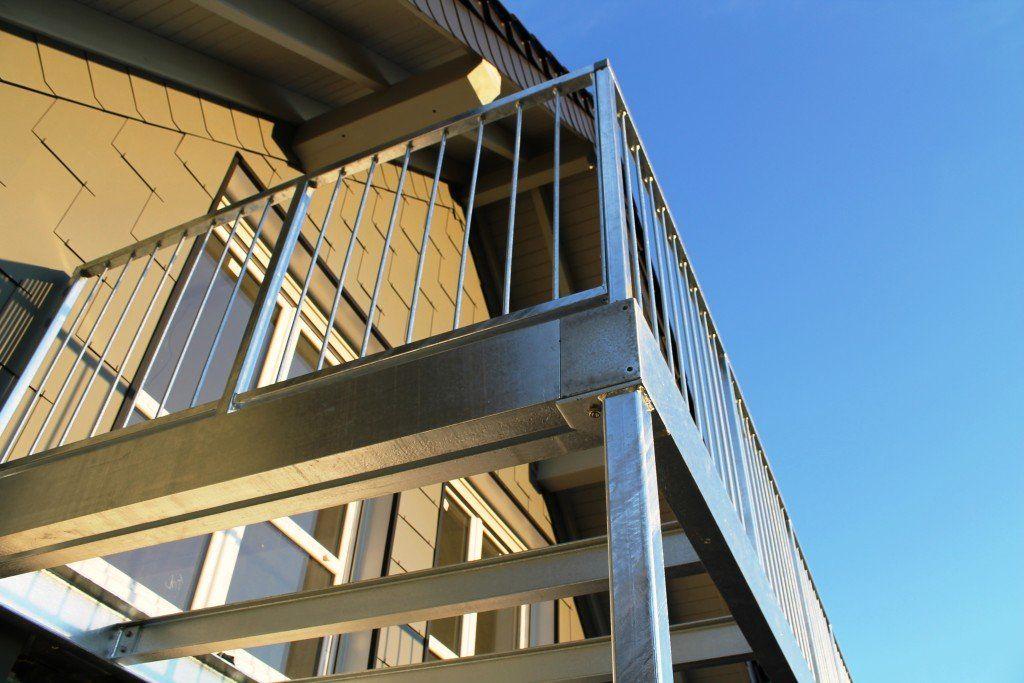 Balkon Und Balkongelander Aus Verzinktem Stahl Selbst Fur Gebaude Alteren Baujahres Steht Diese Moglichkeit Fast Immer Mit Bildern Balkon Gelander Balkon Verzinkter Stahl