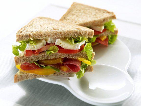 Probieren Sie das leckere Doppel-Sandwich mit Salami, Käse und Salat von Eat Smarter oder eines unserer anderen gesunden Rezepte! | http://eatsmarter.de/rezepte/doppel-sandwich-mit-salami-kaese-und-salat