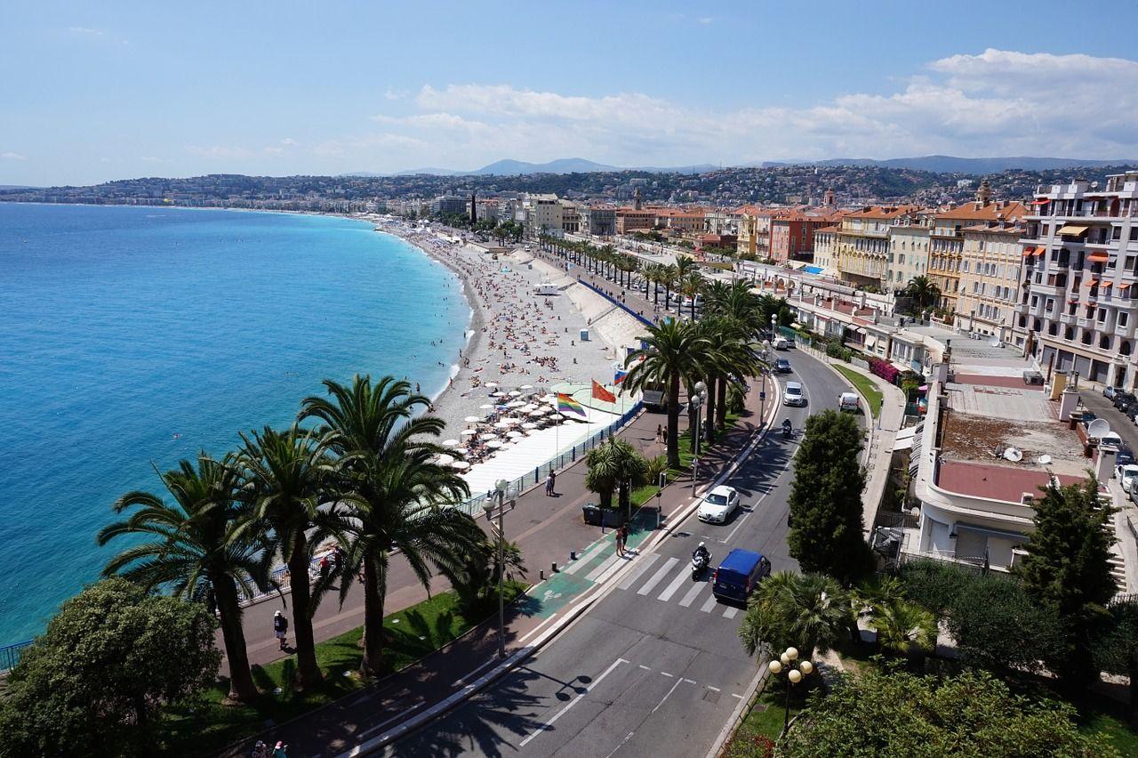 Nice, Niça ou Nissa en occitan niçois, est la cinquième ville de France en termes de population. Elle est établie face à la célèbre Baie des Anges, en mer Méditerranée. © Alex Koch
