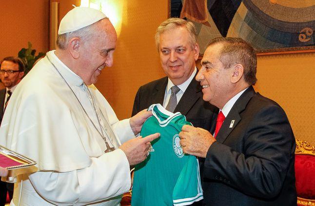 Papa recebe camisa do Palmeiras