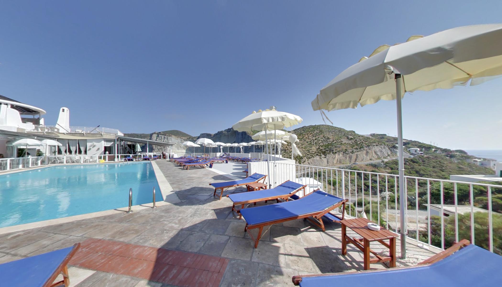 Terrazza Piscina con solarium e vista sul porto di Ponza(Hotel ...