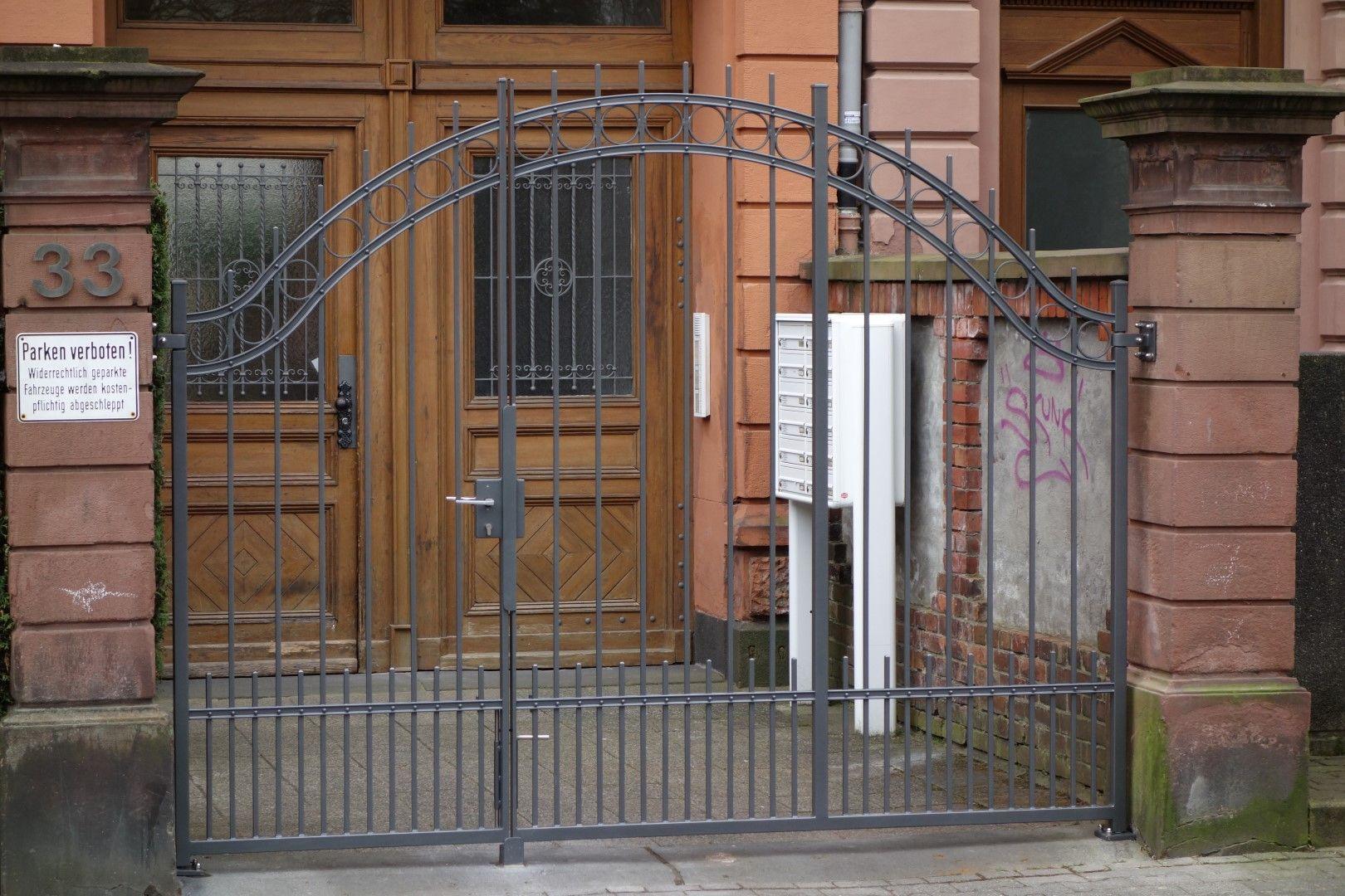 Einfach gehaltenes Tor aus Metall in Frankfurt